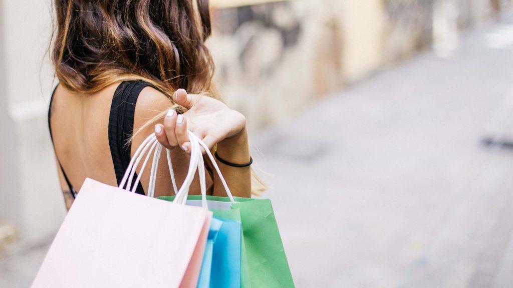 woman shopping gonghuimin468 pixabay
