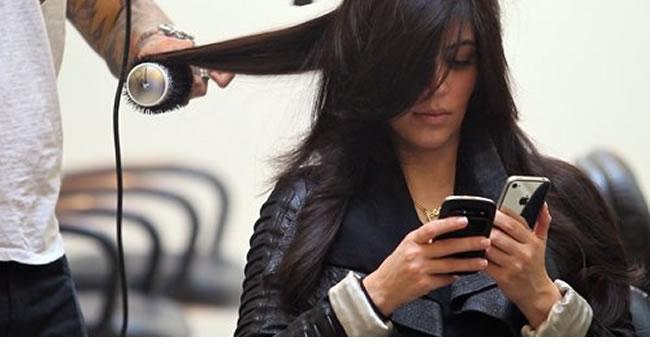 kim_kardashian_iphone_blackberry